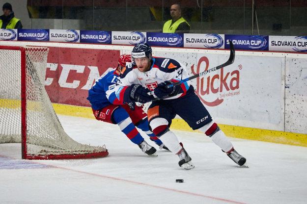 Adam Jánošík (vpravo) vyváža puk vo februárovom prípravnom zápase Slovákov s Olympijským výberom Ruska.