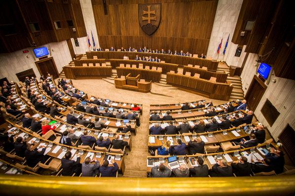 Pohľad do rokovacej sály parlamentu.