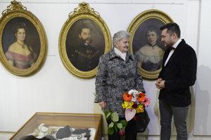Vľavo Marta Mitrová, rod. Dessewffy z Paňoviec, okres Košice-okolie, ktorá darovala predmety z pozostalosti múzeu a autor výstavy Samuel Bruss, kunsthistorik a etnograf múzea Hanušovce nad Topľou.