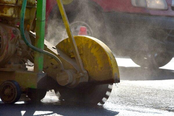 V meste už začali s asfaltovaním výtlkov po zime.