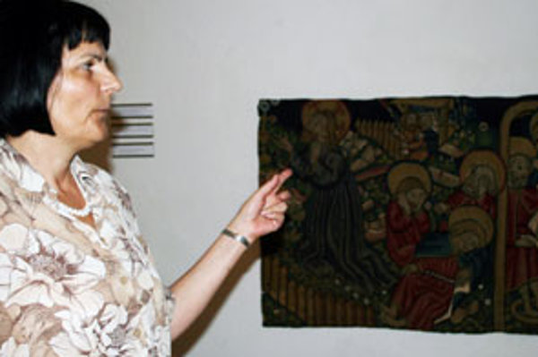 Katarína Malečková ukazuje torzo jedného gobelínu.