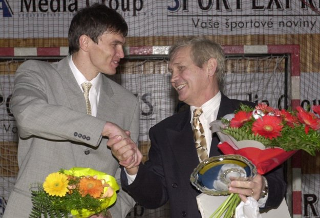 Najlepší slovenský hádzanár 20.storočia Anton Frolo /vpravo/ prijíma gratuláciu od Ľubomíra Švajlena, bývalého brankára, na slávnostnom vyhlásení najlepších hádzanárov roka v Michalovciach 2. februára 2001.