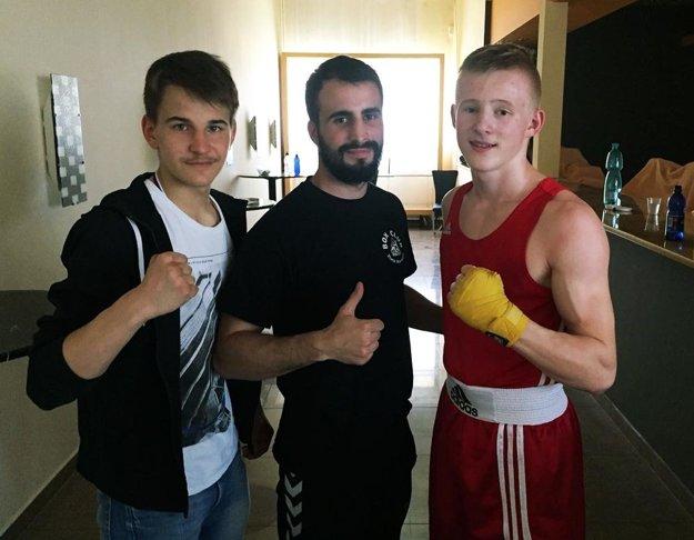 Zľava Erik Acsai, tréner Tomáš Vaňo a Lukáš Fernéza.