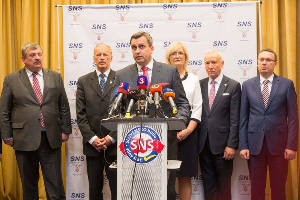 Predstavitelia Slovenskej národnej strany (SNS) sú veľmi opatrní v komentovaní koaličnej krízy.