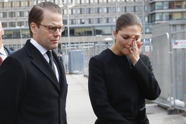 Korunná princezná Viktória a princ Daniel si prišli uctiť obete.