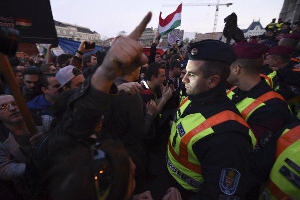 Protestujúcich od budovy parlamentu delili policajti.
