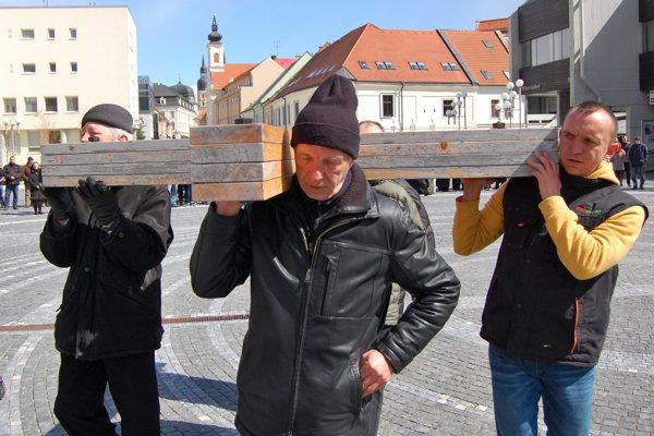 Kríže z jednotlivých mestských častí spoja na Trojičnom námestí.