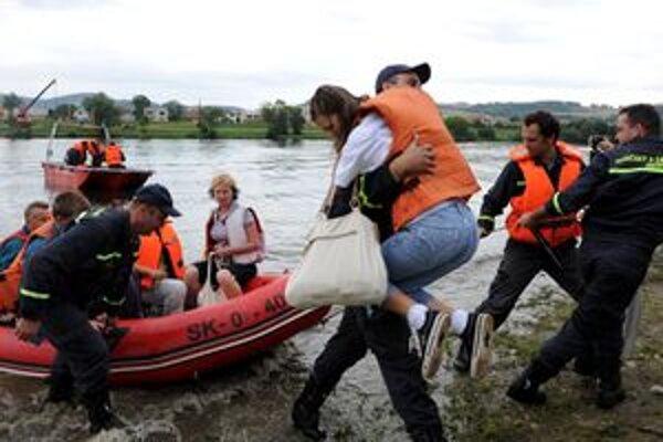 Hasiči zachraňovali ľudí zo zaplavených oblastí. Tentoraz, našťastie, len počas cvičenia.