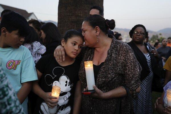 Ľudia počas spomienkovej bohoslužby za obete streľby.