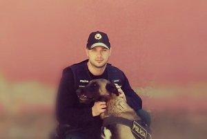 Policajný pes Cirko a jeho psovod.