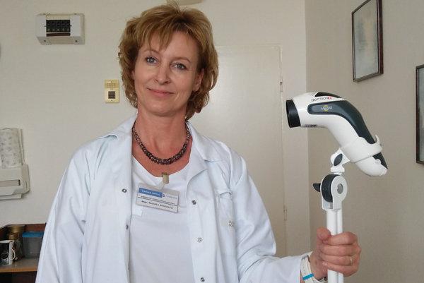Vedúca sestra oddelenia vnútorného lekárstva Monika Nesziová snovou biolampou