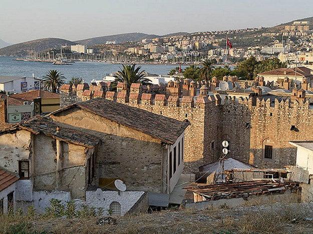V starej časti Kusadasi sa stále zachovali starobylé domy i mestské hradby.