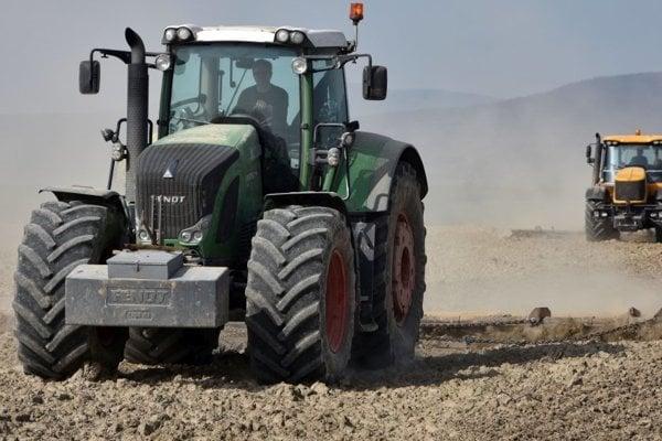 Traktor horel neďaleko obilných skladov.