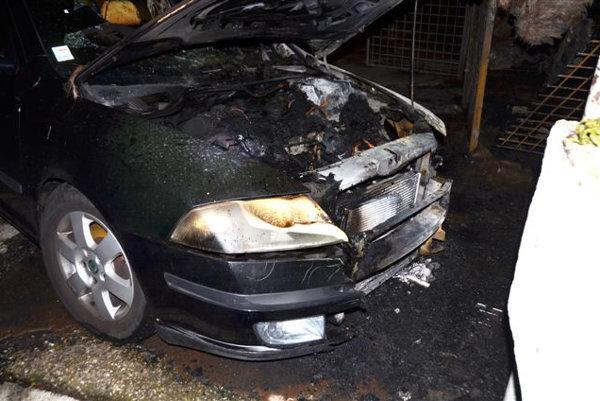 Na Sedmokráskovej ulici v bratislavskom Ružinove horeli v utorok v noci autá.
