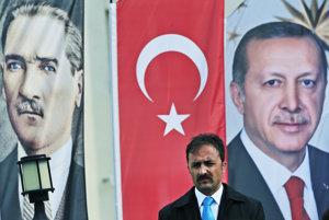 Atatürk (na plagáte vľavo) stvoril moderné Turecko, Erdogan ho chce zmeniť. Dovolia to voliči?