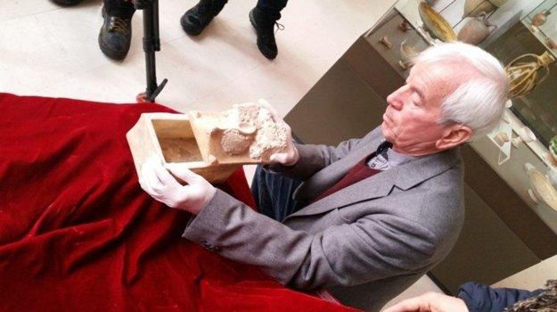 Kasimir Popkonstantinov a relikviár, ktorý mohol obsahovať kosti Jána Krstiteľa.