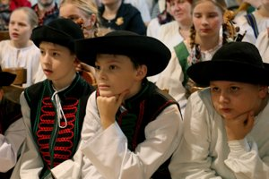 Chlapci z Malého Vtáčnika sledujú vystúpenia svojich kamarátov.