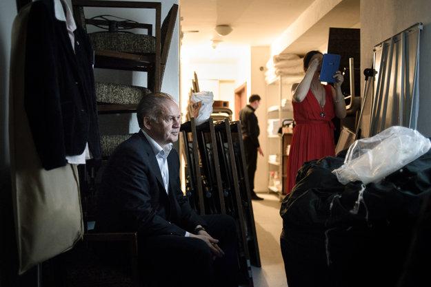Andrej Kiska sa pripravuje pred mitíngom v zákulisí hotela v Liptovskom Mikuláši.