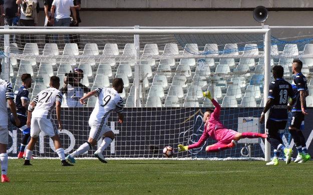 Gonzalo Higuaín (č.9) strieľa jeden zo svojich dvoch gólov.