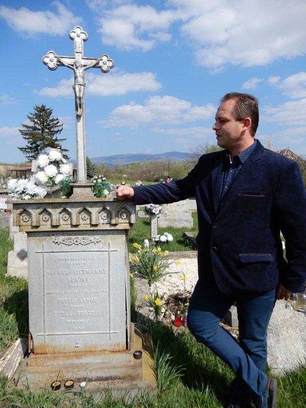 Starosta Orechovej Rastislav Repka pri hrobe posledných zemepánov.