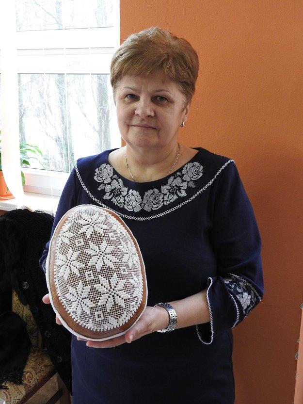 Pernikárka Anna Lipkošová z obce Komárany.