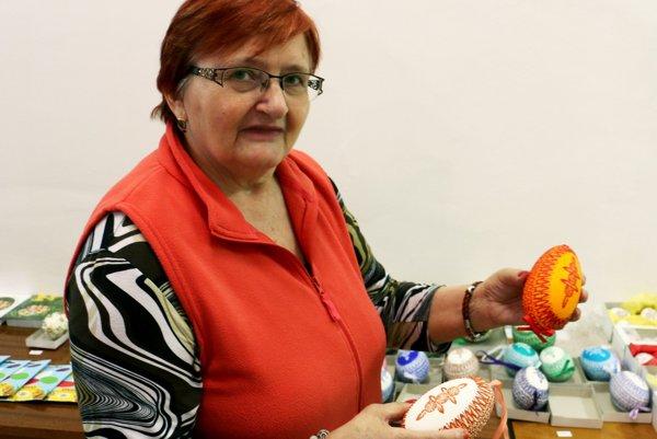 Ľudmila Bátorová ukazuje novinku, ozdobené dvojžĺtkové husacie vajcia.