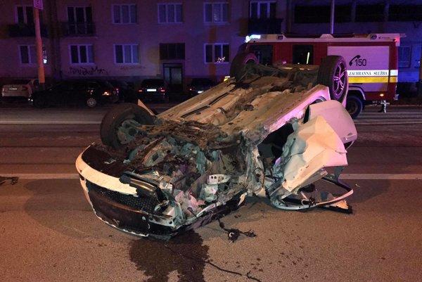 Po nehode. Vodič mal šťastie, nič vážne sa mu nestalo.