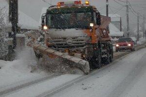 Cestári varujú vodičov. V Žilinskom kraji obnovili zimnú údržbu.