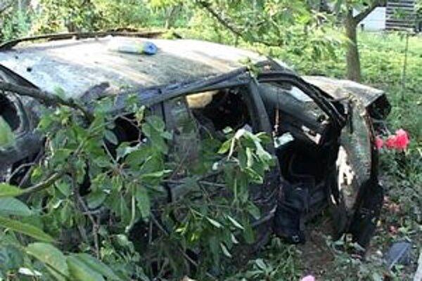 Auto bolo po nehode úplne zdemolované.