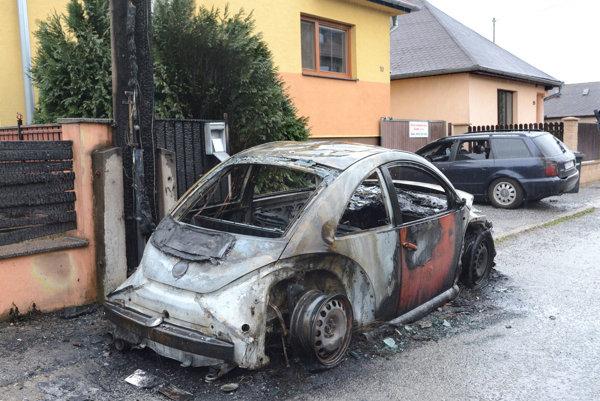 Zhorený chrobák v Barci. Podpálili ho na dvoch miestach.