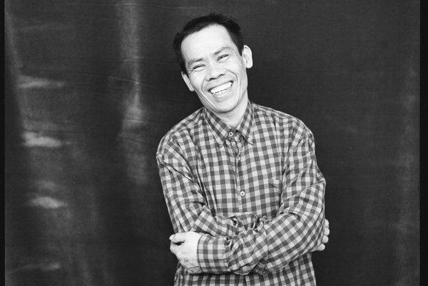 Jeho vietnamské bistro Phong Nam je v Bratislave najobľúbenejšie. Portrét Nam Nguyena Doana je súčasťou projektu I AM IN fotografa Aleša Vojtáška.