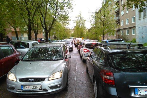 Ulice sa upchávali v oboch smeroch. Takto to vyzeralo na Tolstého ulici.