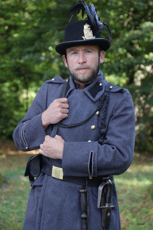 Žandárske uniformy. Nechýbali na nich hodnoverné uhorské znaky.