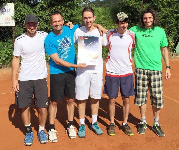 Výborná nálada tenistov Čadce počas domáceho turnaja. Zľava Daniel Vala, Miloš Herman, Martin Pištek, Daniel Jurga, Matej Baliak.