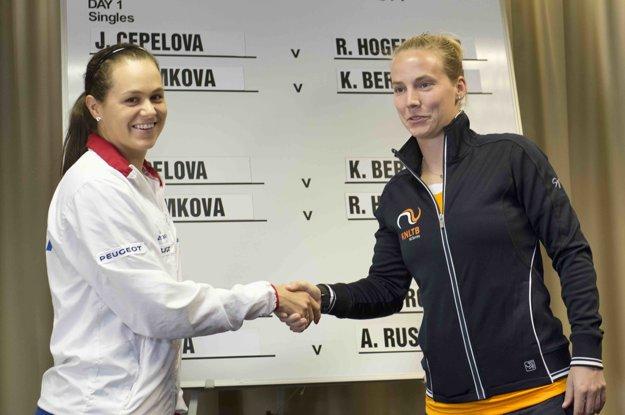 Čepelová (vľavo) bude hrať v sobotu proti Hogenkampovej.