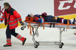 Libor Hudáček musel opustiť ľad na nosidlách.
