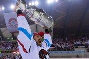 Na snímke hráč HC'05 iClinic Banská Bystrica Michal Handzuš oslavuje zisk historicky prvého majstrovského titulu po piatom zápase finále play off hokejovej Tipsport ligy HC'05 iClinic Banská Bystrica - HK Nitra.