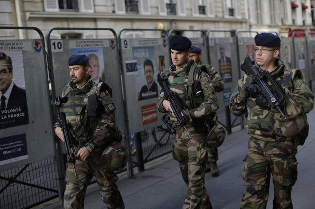 Na pokojný priebeh volieb dohliadajú aj ozbrojené zložky.