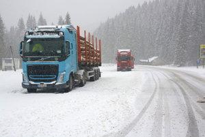 Odstavené kamióny za Stratenou. Kamionisti museli čakať, horský priechod Vernár ostal neprejazdný.