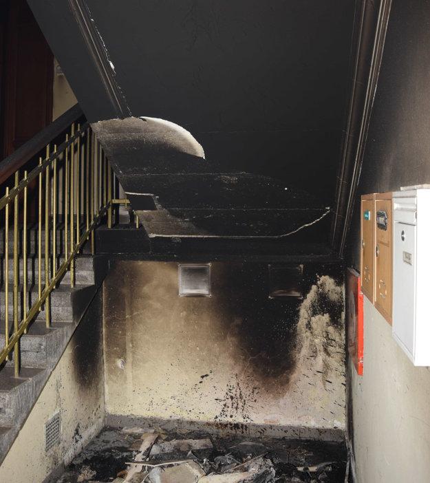 Matúš v polovici decembra 2016 na Zimnej ulici vošiel do bytového domu, kde spôsobil požiar pod schodiskom, požiarom obhoreli steny.