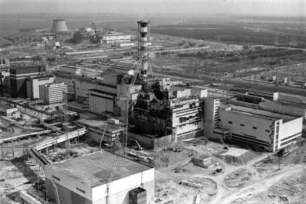 Černobyľská jadrová elektráreň po havárii v roku 1986.