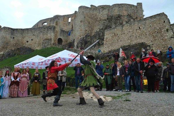 Na snímke súboj rytierov zo skupiny historického šermu Páni Spiša počas otvorenia letnej sezóny na Spišskom hrade.