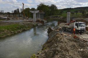 V blízkosti rieky Torysa. Práce komplikuje vysoká hladina spodnej vody.