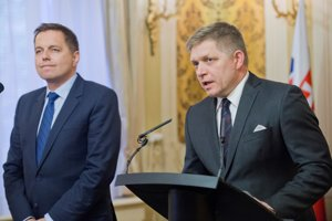 Premiér Fico a minister financií Kažimír.