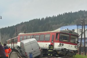 V čase zrážky sa vo vlaku viezlo okolo 50 cestujúcich.