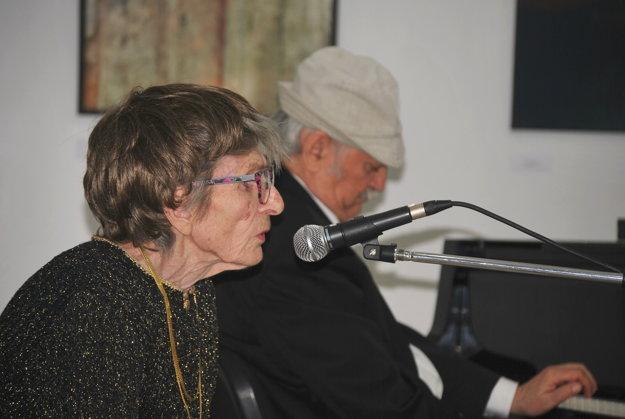 Herečka so svojím sanjelom strážnym – klaviristom Egonom Gnothom.