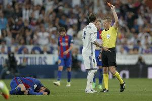 Hlavný rozhodca ukazuje červenú kartu futbalistovi Realu Madrid Sergiovi Ramosovi v nedeľňajšom El Clasico.