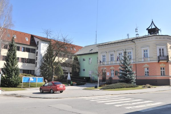 Mestský úrad v Dolnom Kubíne. Vpravo historická časť, vľavo nová budova, ktorej sa zateplenie týka.