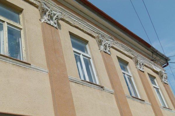 Na župnom dome vymenia staré okná.