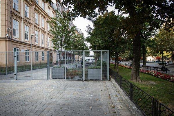 Plot na Hviezdoslavovom námestí.